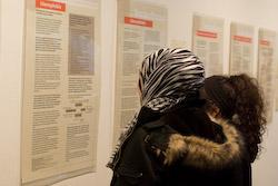 Besucherinnen bei der Ausstellungseröffnung (Foto: Jürgen Schwnzel)