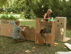 Aktive Kinder im Schulgarten