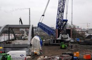 Die Vorbereitungen für das Einheben der S21 Stabbogenbrücke laufen.