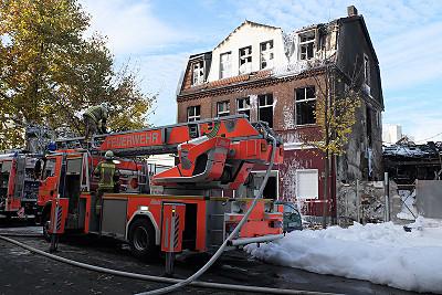 Noch am Freitag Mittag ist die Feuerwehr im Einsatz