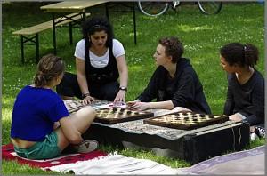 Quartiersrätin Senay Güzelgül im Gespräch mit Gästen beim Spielen