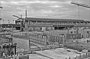 Erst ein Jahrhundert später: Die Baugrube des neuen Zentralbahnhofs im März 1999