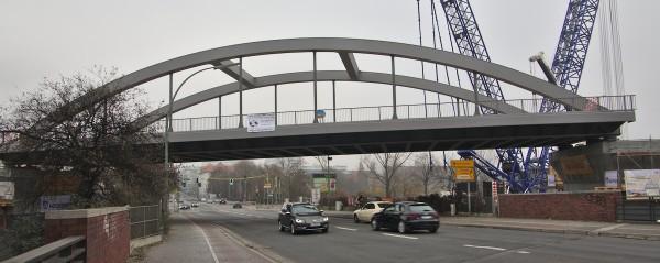 Die Brücke sitzt sicher auf ihren Pfeilern, der Straßenverkehr rollt wieder.