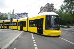 """Foto: Die """"Presse-Tram"""" biegt am S-Nordbahnhof in die Invalidenstraße ein"""