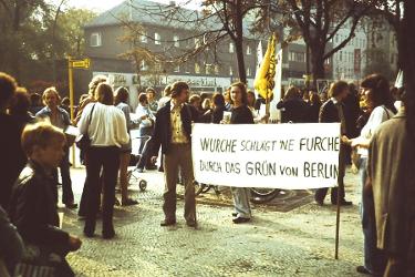 Demonstration vor dem Rathaus Tiergarten –  Gottfried Wurche war von 1975-1978  Bürgermeister von Berlin-Tiergarten