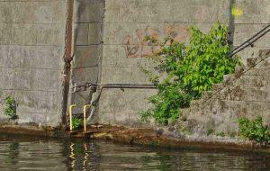 Foto Sichtbarer Schaden an Uferwand